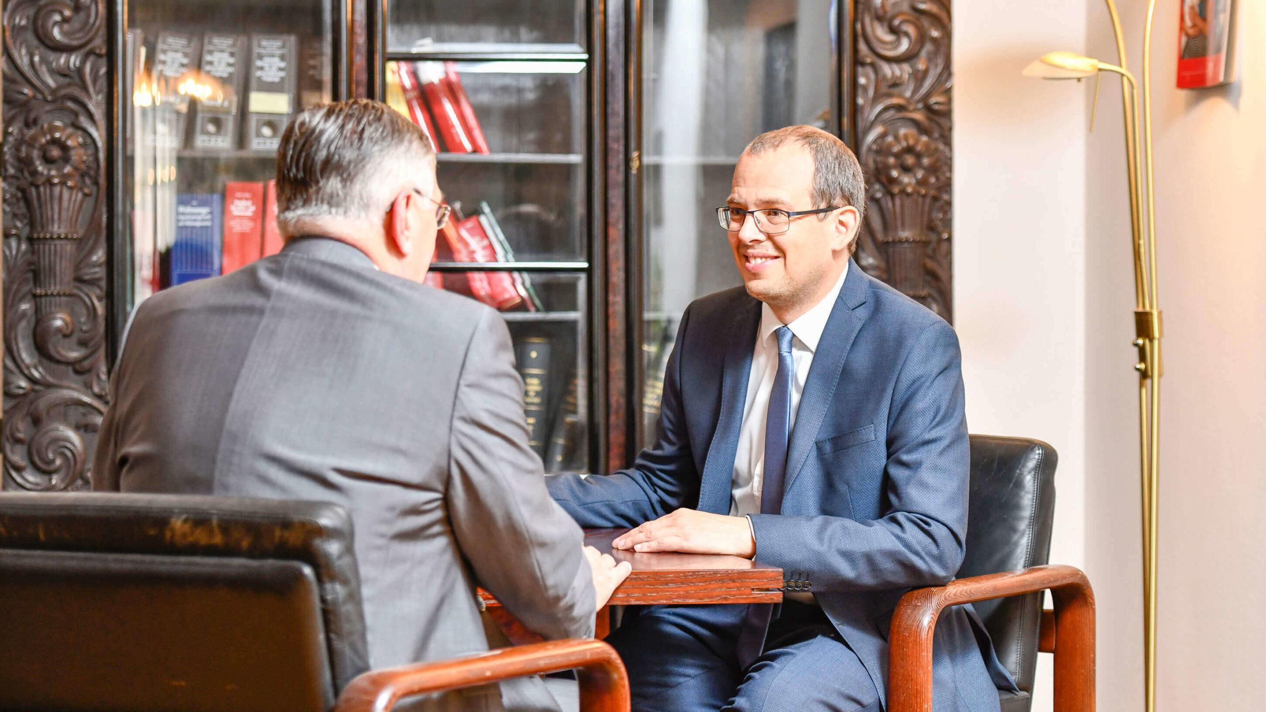 Anwälte am Tisch beim lachen - Dr. Heinrich Nagl und Mag. Timo Ruisinger - Rechtsanwälte in 3580 Horn