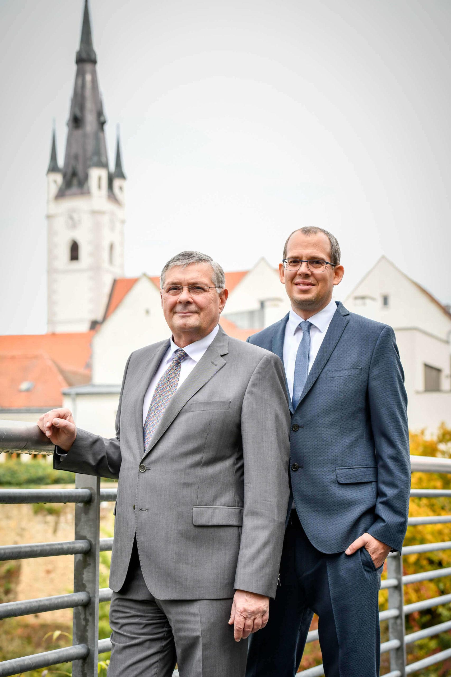 Anwälte auf Brücke - Dr. Heinrich Nagl und Mag. Timo Ruisinger - Rechtsanwälte in 3580 Horn